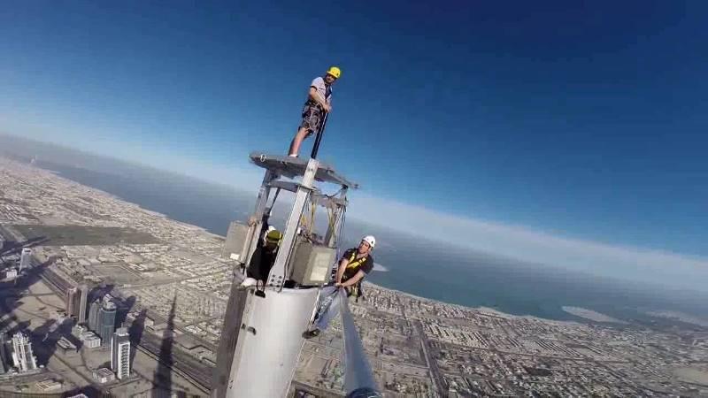 Рабочие выполняют профилактику на небоскрёбе
