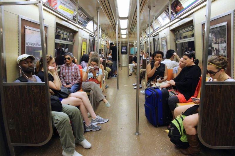 Пассажиры метро в Нью-Йорке