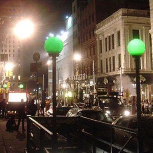 Светильники у входа в метро
