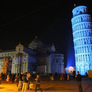 Пизанская башня ночью фото
