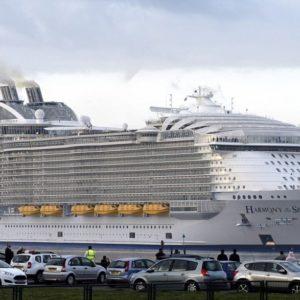 Автомобили на фоне Harmony of the Seas