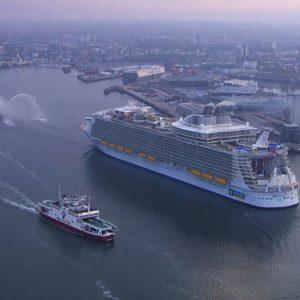 Большой корабль в порту