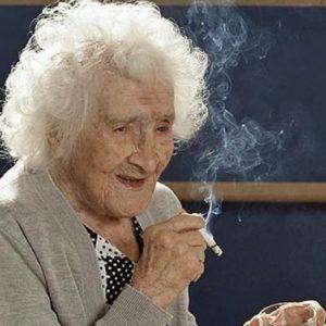 Жана Кальман с сигаретой