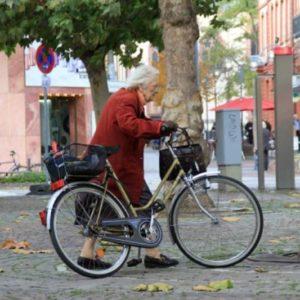 Жанна Кальман с велосипедом