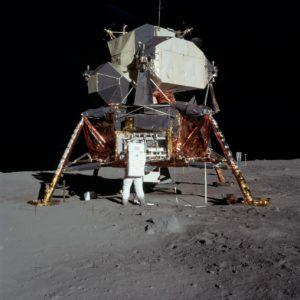 Олдрин на фону лунного модуля