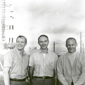 Экипаж на фоне Сатурна-5