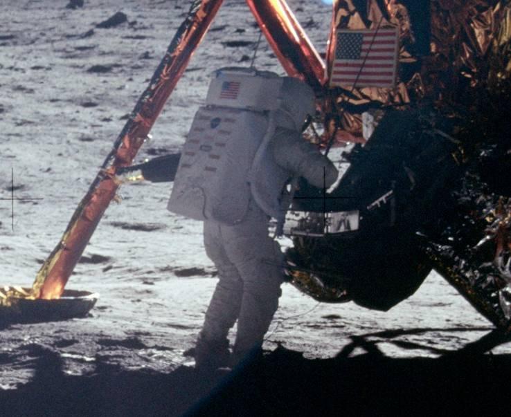 Нил Армстронг выходит на Луну